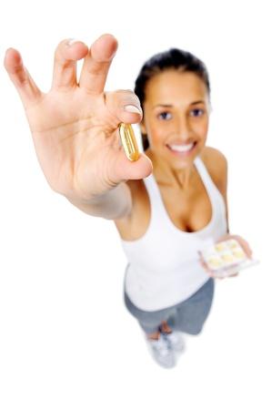 alimentacion balanceada: Mujer con coraz�n saludable omega 3 c�psulas para mostrar una dieta equilibrada y una buena salud cardiovascular Foto de archivo