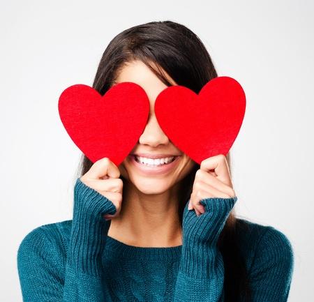 ragazza innamorata: ragazza adorabile con il cuore giorno di San Valentino che mostra divertente ritratto amore affetto su sfondo grigio