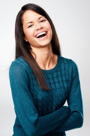 lachendes gesicht: unbeschwerten Portr�t einer Frau lachen und Spa� haben. reale Person auf grauem Hintergrund Lizenzfreie Bilder