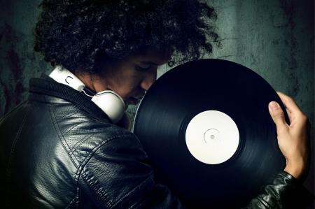 auriculares dj: m�sica retro dj retrato con disco de vinilo viejo