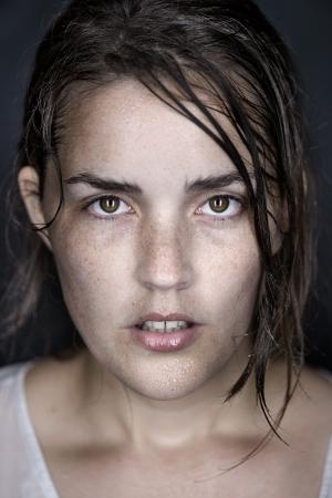 transpiration: femme portrait headshot art beau visage humide conceptuel