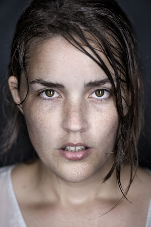 sudando: mujer retrato tiro en la cabeza la cara de la bella arte conceptual mojado