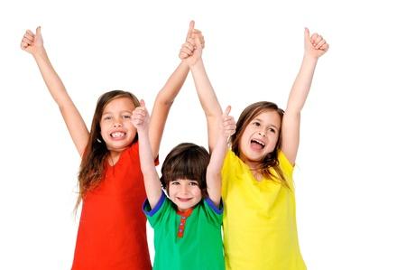 白い背景上に分離されて明るいカラフルな t シャツと一緒に楽しかわいいかわいい子供たち