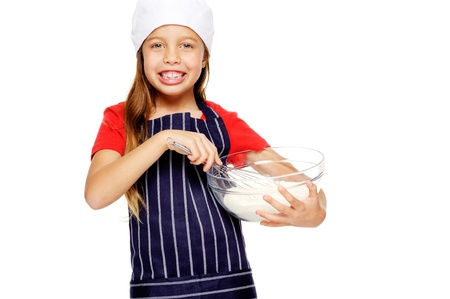 ni�os cocinando: adorable chica joven chef harina mezclando con batidor para hornear y cocinar aislados