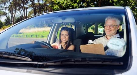 conducci�n: Estudiante aprendiz conductor que conduce el coche con instuctor. sonriente ni�a feliz y confiado Foto de archivo