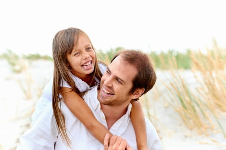 padre e hija: adorable padre e hija se divierten juntos felices sonrisas saludables de estilo de vida Foto de archivo