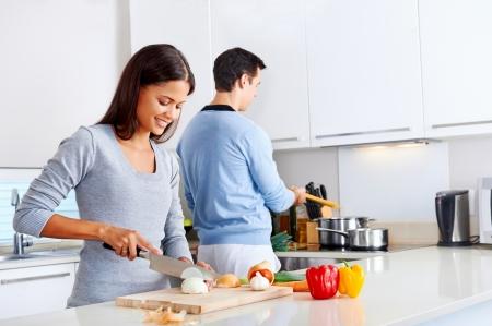 par la cocción de alimentos saludables en la preparación de comidas cocina estilo de vida Foto de archivo