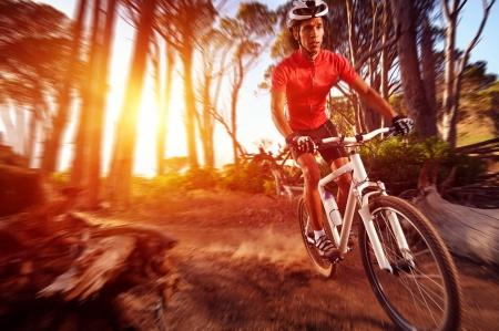 cyclist: Actie motion blur mountainbike fietser doet afdaling extreme biking