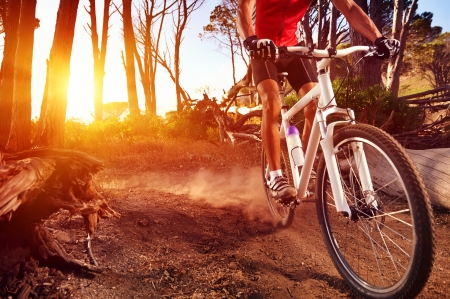単一乗馬マウンテン バイク自転車日の出健康的なライフ スタイルの現役選手のスポーツをやってで追跡します。