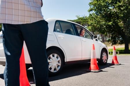 Learner driver meisje met intstructor het nemen van lessen Stockfoto