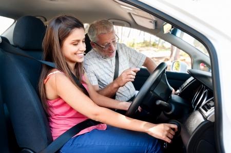 Learner driver meisje met intstructor het nemen van lessen