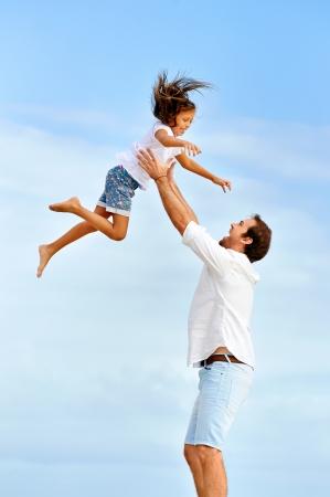 Zdravé otec a dcera hraje spolu na pláži bezstarostné šťastný zábavu s úsměvem životní styl