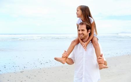 father and daughter: người cha yêu thương với con gái trên vai đi bộ trên bãi biển vô tư và hạnh phúc Kho ảnh
