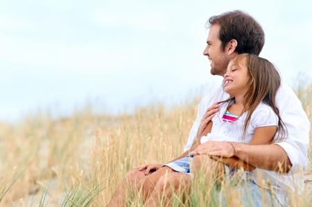 father and daughter: adorable padre e hija se divierten juntos felices sonrisas saludables de estilo de vida Foto de archivo