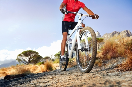 andando en bicicleta: Bicicleta de montaña extrema deporte deportista hombre montado en pista al aire libre, estilo de vida