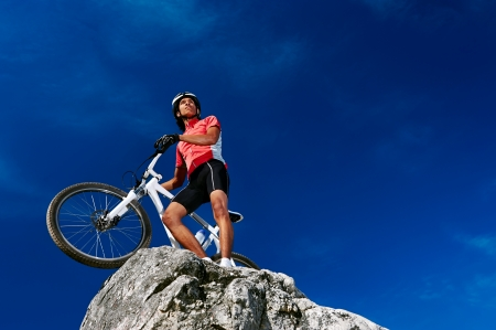 ciclista: Confiamos en el hombre en bicicleta de montaña celebrando hacer la cima del pico feliz y alegre Foto de archivo