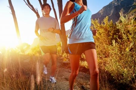 トレイル ランニング マラソン選手屋外日の出カップル トレーニング フィットネスや健康的なライフ スタイルの 写真素材