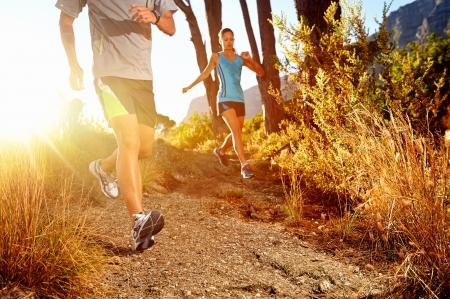 sentier: Trail athl�te qui court le marathon ext�rieur lever la formation couple pour la condition physique et mode de vie sain Banque d'images