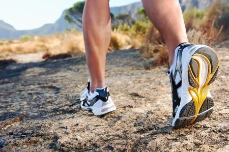 walking trail: trail running piedi atleta sulla roccia excercising fitness e stile di vita sano