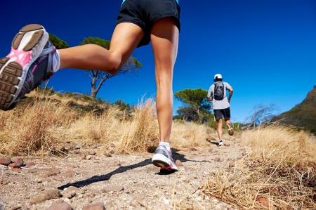 mujeres corriendo: marat�n atletas capacitaci�n pareja en el estilo de vida deportiva activa pista de fitness Foto de archivo