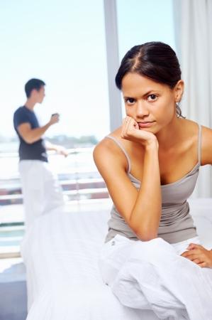 pareja enojada: arguement pareja tiene en su casa. malestar relación frustrada e infeliz