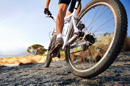 fiets: Extreme mountainbike sport atleet man buiten rijden lifestyle trail
