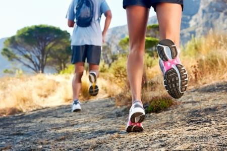maraton: trail running de marat�n de fitness pies sobre la aptitud de roca y estilo de vida saludable Foto de archivo