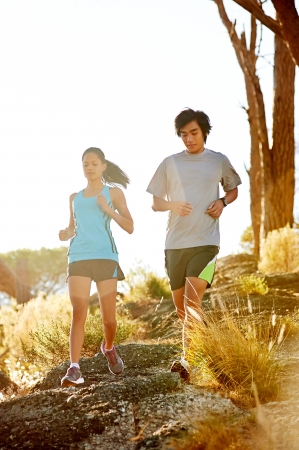 hacer footing: Trail running maratón atleta formación al aire libre par amanecer de fitness y estilo de vida saludable