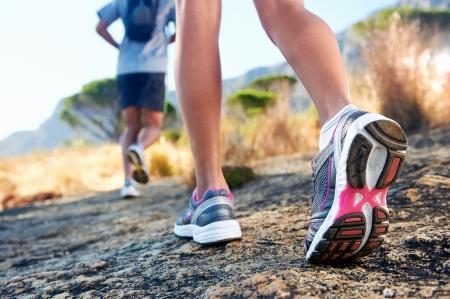 hombre deportista: trail running de marat?n de fitness pies sobre la aptitud de roca y estilo de vida saludable Foto de archivo
