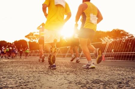 nina corriendo: Maratón de funcionamiento de las personas que compiten en carreras de fitness y pies sanos estilo de vida activo en la carretera Foto de archivo