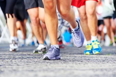 マラソン レース人がフィットネスと道路上のアクティブなライフ スタイルの健康足で競合します。
