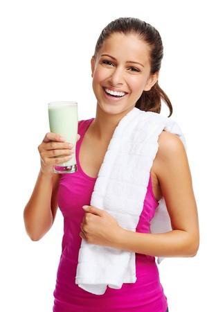 licuado de platano: mujer con saludable dieta rica en prote?nas beber batido para el deporte y el fitness