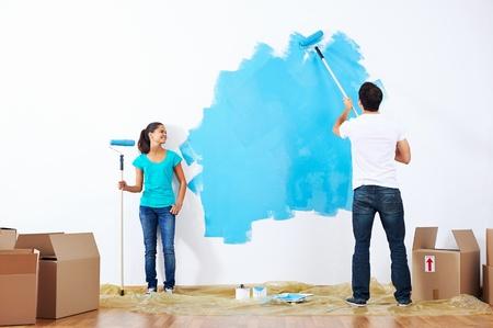 Couple peinture nouvelle maison avec couleur relation heureuse et insouciante bleu Banque d'images - 20237022