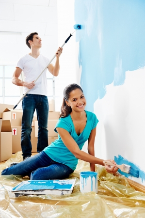 Couple peinture nouvelle maison avec couleur relation heureuse et insouciante bleu Banque d'images - 20237212