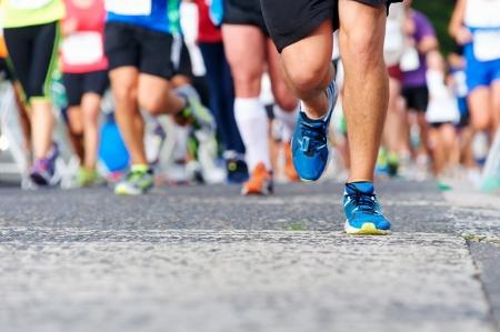 personas corriendo: Maratón de funcionamiento de las personas que compiten en carreras de fitness y pies sanos estilo de vida activo en la carretera Foto de archivo