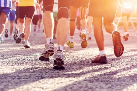 hombres corriendo: Marat?n de funcionamiento de las personas que compiten en carreras de fitness y pies sanos estilo de vida activo en la carretera