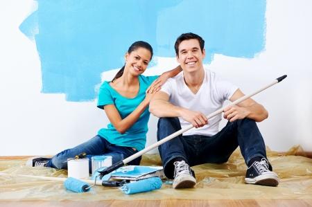 peinture: peinture couple mignon nouvelle maison ensemble portrait assis sur le plancher en bois Banque d'images