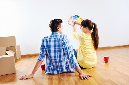 夫婦の新しい家のためのペイントの色見本を選択します。