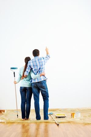 Rénovation bricolage couple peinture dans le nouveau mur de peinture à la maison Banque d'images - 20863468