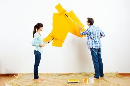 peinture: rénovation bricolage couple peinture dans le nouveau mur de peinture à la maison