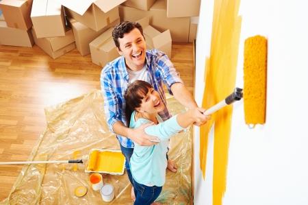 新しい家の絵画の壁の改修の diy ペイント カップル 写真素材 - 20863477