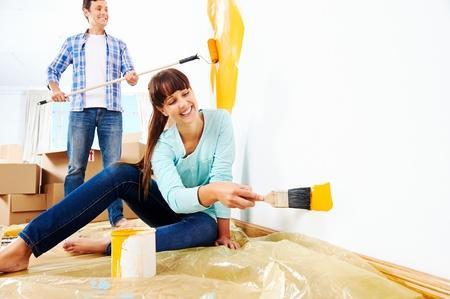 新しい家の絵画の壁の改修の diy ペイント カップル 写真素材 - 20863478