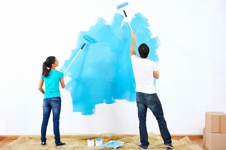 Coppia pittura la nuova casa insieme con il colore blu relazione felice e spensierata Archivio Fotografico - 20761046
