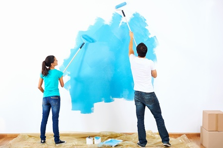 hombre pintando: pareja pintura nueva casa junto con el color azul relaci�n feliz y sin preocupaciones