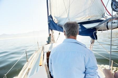 bateau voile: vue de derri�re de l'homme de la voile sur le bateau de loisir en mer Banque d'images