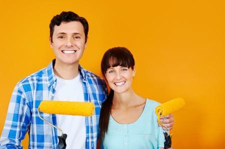 hombre pintando: actualizaci�n bricolaje pareja pintura en el nuevo hogar de la pintura de pared Foto de archivo