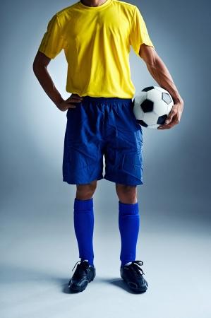 concurrencer: coupe du monde de football Br�sil homme debout pr�t � rivaliser avec ballon Banque d'images