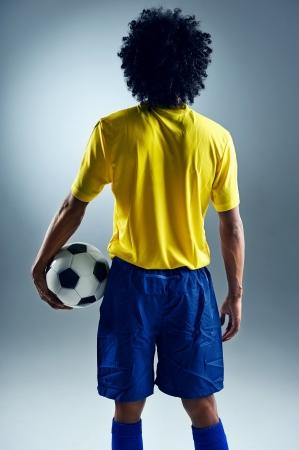 concurrencer: Coupe du Monde Br�sil homme debout pr�t � rivaliser avec ballon Banque d'images
