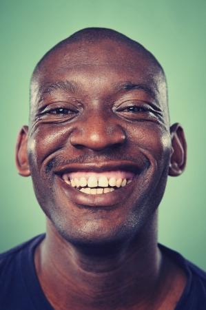 Lachend portret gezicht van de echte man met retro kleuren en hoog detail Stockfoto