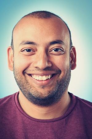 zakelijk: Lachend portret gezicht van de echte man met retro kleuren en hoog detail